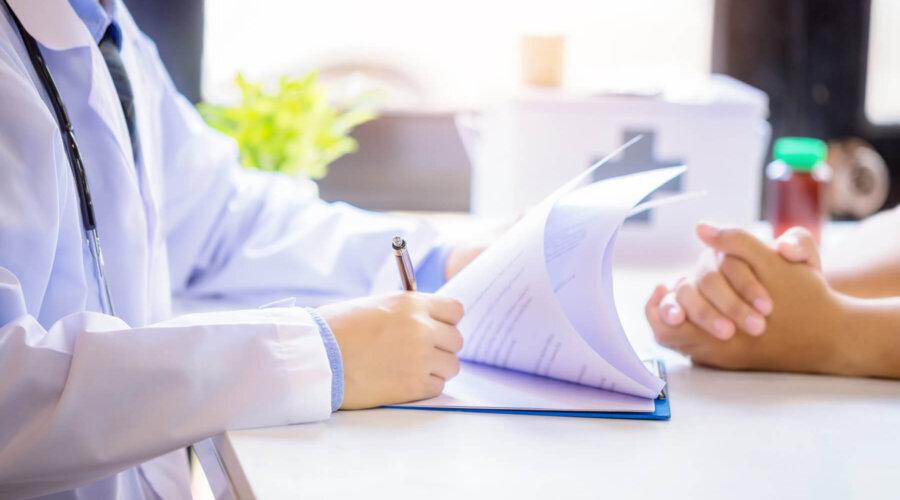 Doktor popunjava medicinski karton pacijenta